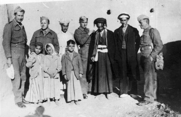 Polscy żołnierze z Palestyńczykami, fot. Archiwum Fotograficzne Tadeusza Szumańskiego / audiovis.nac.gov.pl