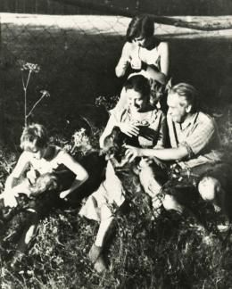 Konstanty Ildefons Gałczyński with his wife and daughter in the forest lodge Pranie, 1950, reproduction: FoKa / Forum