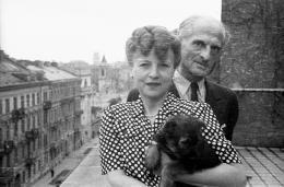 Julian Tuwim z żoną Stefanią na tarasie swojego mieszkania przy ulicy Wiejskiej, Warszawa, 1946, fot. Stanisław Dąbrowiecki/PAP