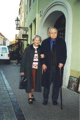 Czesław Miłosz oprowadza Wisławę Szymborską po swoim Wilnie. Wilno, październik 2000., fot. Michał Rusinek