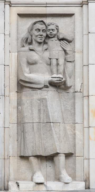 """Karol Tchorek, """"Matka z dzieckiem"""", 1952, Plac Konstytucji (MDM),  Warszawa, fot. Szymon Rogiński / dzięki uprzejmości artysty"""