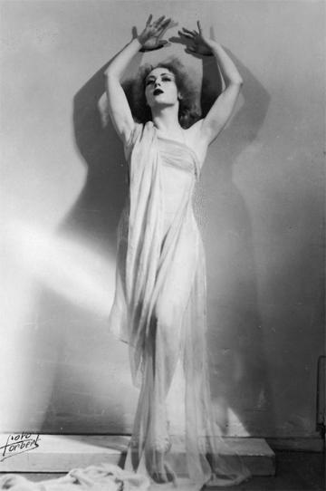 """Malina Michalska jako zjawa w """"Nocy Walpurgi"""", fotografia sytuacyjna, 1938, fot. Foto Forbert/fot.Rosner/www.audiovis.nac.gov.pl (NAC)"""