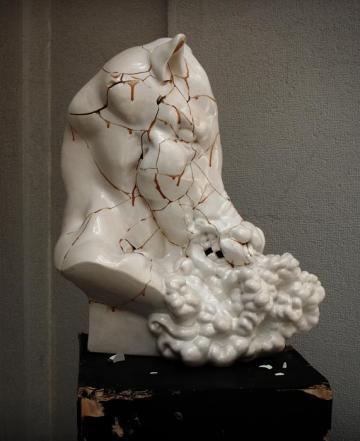 """Olaf Brzeski, """"Bez tytułu"""", z cyklu """"Sztuka jest przemocą"""", 2007, tłuczona i sklejona ceramika, podstawa drewniana, 75 x 60 x 38 cm, fot. dzięki uprzejmości artysty"""