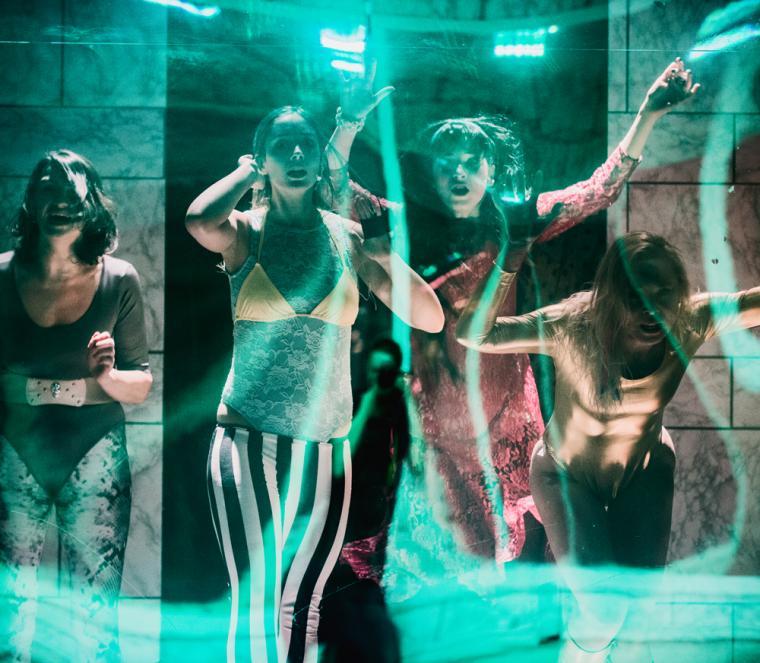 """Scena z przedstawienia """"Cienie. Eurydyka mówi"""" w reżyserii Mai Kleczewskiej, fot. Magda Hueckel, Teatr Polski w Bydgoszczy"""