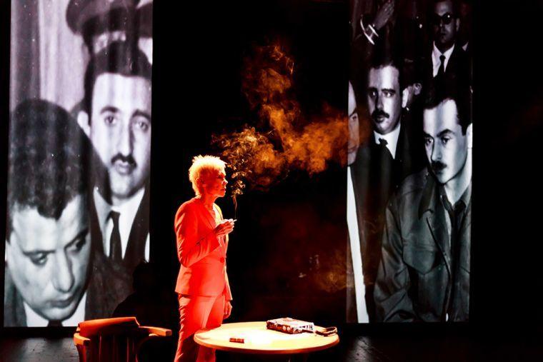 """Scena z przedstawienia """"Oriana Fallaci. Chwila, w której umarłam"""" w reżyserii Ewy Błaszczyk, 2017. Na zdjęciu: Ewa Błaszczyk, fot. Krzysztof Bieliński/Teatr Studio w Warszawie"""