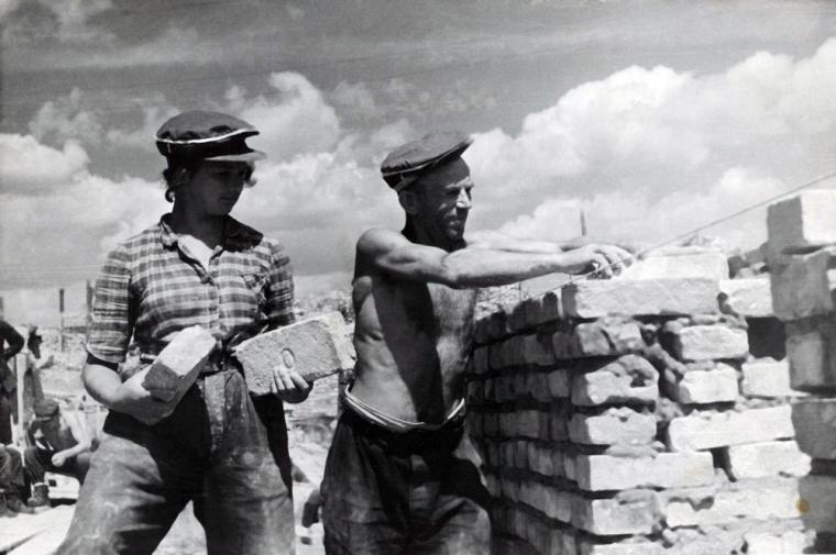 Odbudowa Warszawy, Starówka, 1946, na zdjęciu: murarz i jego pomocnik, rep. FoKa/Forum