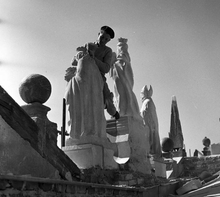 Odbudowa Starego Miasta, Rynek Starego Miasta, 1953 n/z konserwacja attyki, fot. Zbyszko Siemaszko / Forum