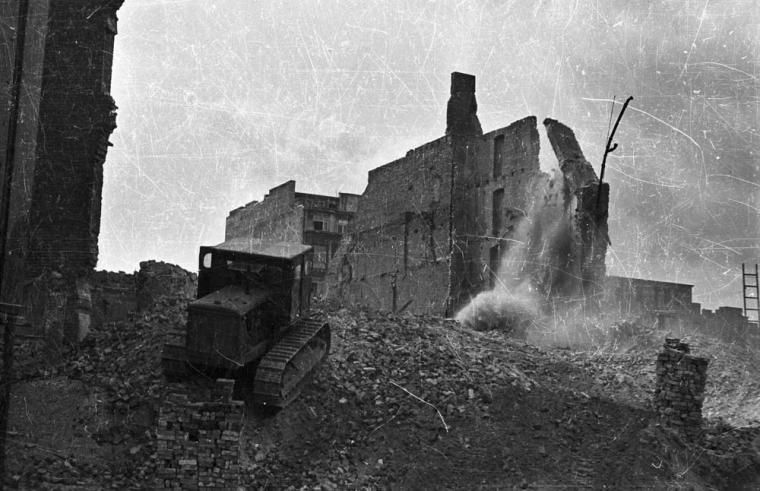 Reconstruction works (demolition) in the Old Town, 1951, photo: Zbyszko Siemaszko / Forum