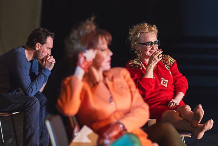 """Scena z przedstawienia """"Wszystko o mojej matce"""" w reżyserii Michała Borczucha, 2016. Na zdjęciu: Monika Niemczyk i Krzysztof Zarzecki i Krzysztof Zarzecki, fot. Klaudyna Schubert / Teatr Łaźnia Nowa"""