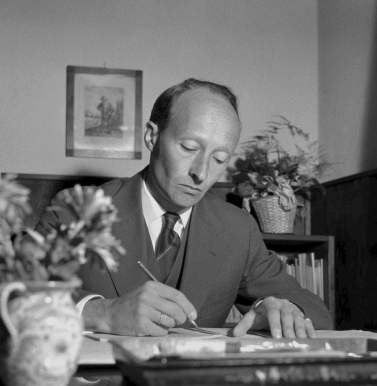 Witold Lutosławski przy swoim biurku, fot. Lucjan Fogiel / East News