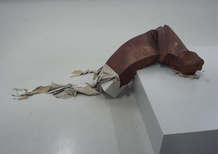 """Olaf Brzeski, """"Bez tytułu"""", z cyklu """"Sierotki"""", 2009, staliwo, farba olejna, 210 x 90 x 130 cm, fot. dzięki uprzejmości artysty"""