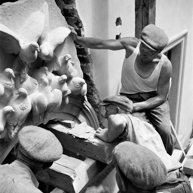 """Zbyszko Siemaszko/Forum, """"Odbudowa Starego Miasta w Warszawie"""", prace architektoniczne przy ul. Gołębiej (obecnie Piwna 6), 1953, Warszawa., fot. Dom Spotkań z Historią"""