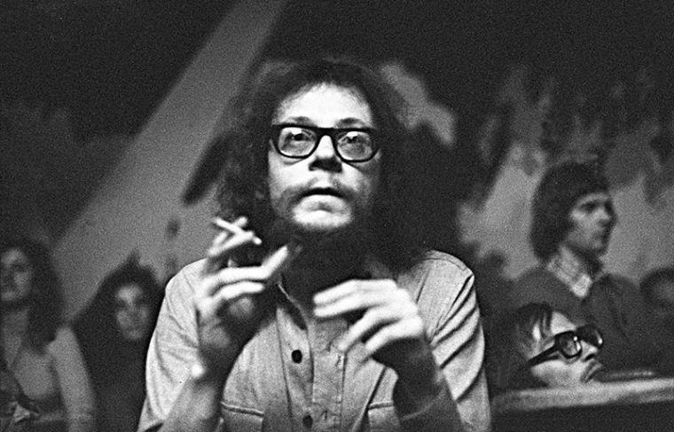 Jerzy Grotowski durante uma conversa no 4th International Festival of Open Theatre, Wrocław, Outubro de 1973, foto: Aleksander Jałosiński / Forum