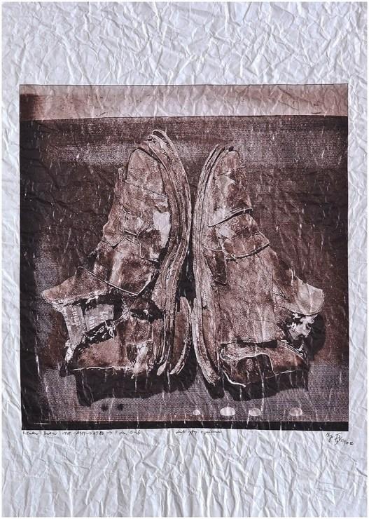 """Andrzej Dudek-Dürer, """"Sztuka butów"""" 1969- 1979 1982 ver. s, żywa rzeźba, autorska technika mieszana, fotografia, gniecenie 50 cm x 70 cm, fot. dzięki uprzejmości artysty"""