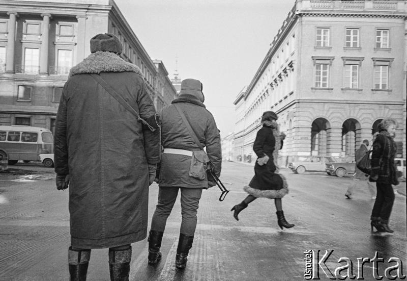 После 13 декабря 1981 года, Варшава. Милиционеры на пересечении улиц Свентокшиская и Новый Свят. Фото: Малгожата Незабитовская и Томаш Томашевский /  Ośrodek KARTA