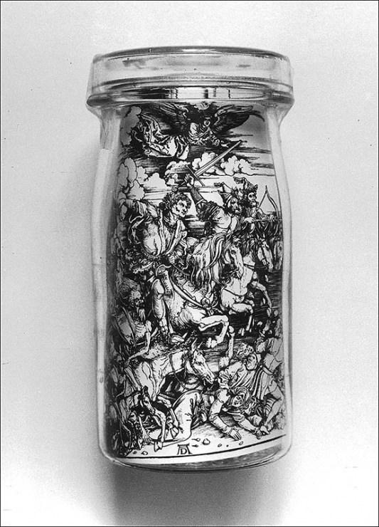 """Andrzej Dudek-Dürer, """"Apokalipsa w konserwie"""", 1981-1982, obiekt, szkło serigrafia, 19, 5 cm x 9,5 cm x 9,5 cm, fot. dzięki uprzejmości artysty"""