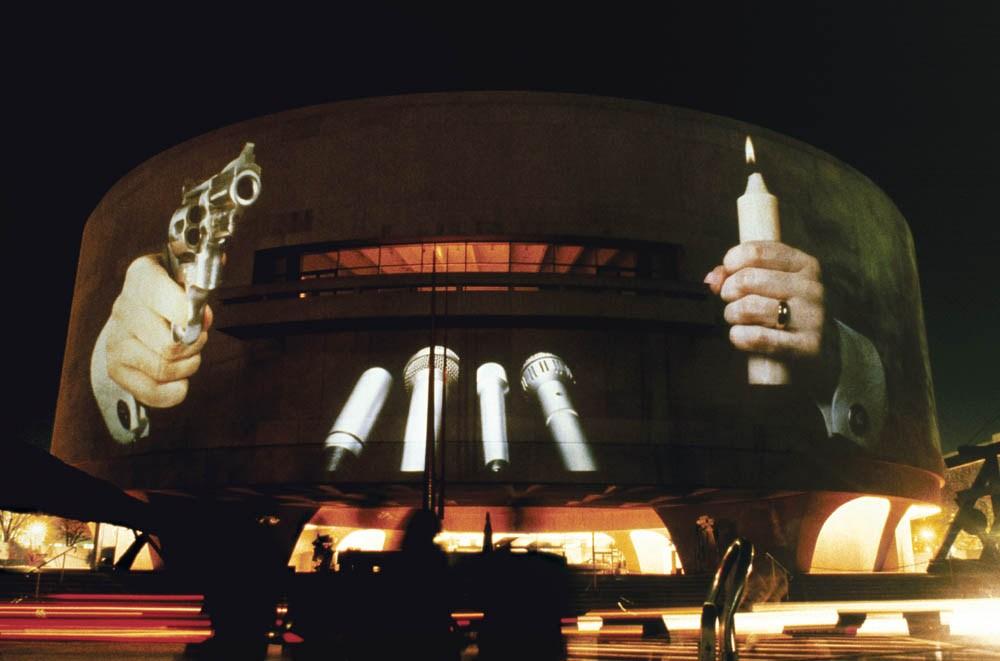 Krzysztof Wodiczko, projekcja na Hirshhorn Museum, Waszyngton, 1988, fot. Muzeum Sztuki w Łodzi