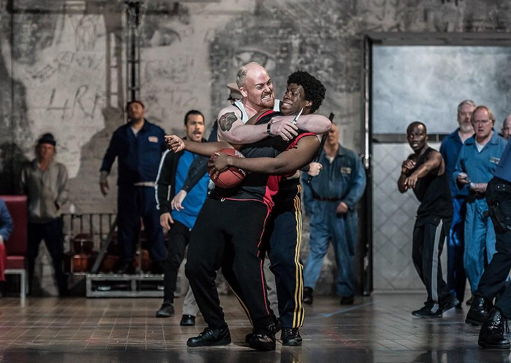 """Scena z przedstawienia operowego """"Z domu umarłych"""" w reżyserii Krzysztofa Warlikowskiego, 2018, fot.Clive Barda/Royal Opera House w Londynie"""