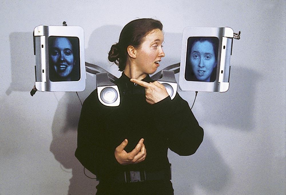 """Krzysztof Wodiczko, """"Egida: wyposażenie dla miasta obcych"""", 1998, fot. Muzeum Sztuki w Łodz"""