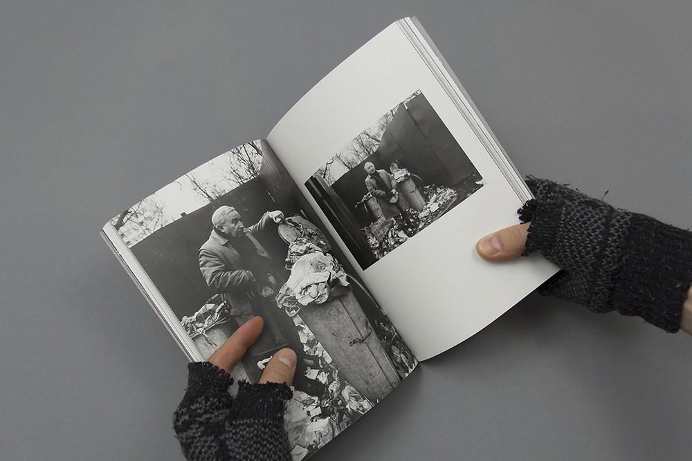 """Rozkładówka z książki """"Śmietnik"""" Tadeusza Różewicza i Adama Hawałeja, projekt: Magdalena Burdzyńska / Podpunkt, 2016, fot. Podpunkt"""