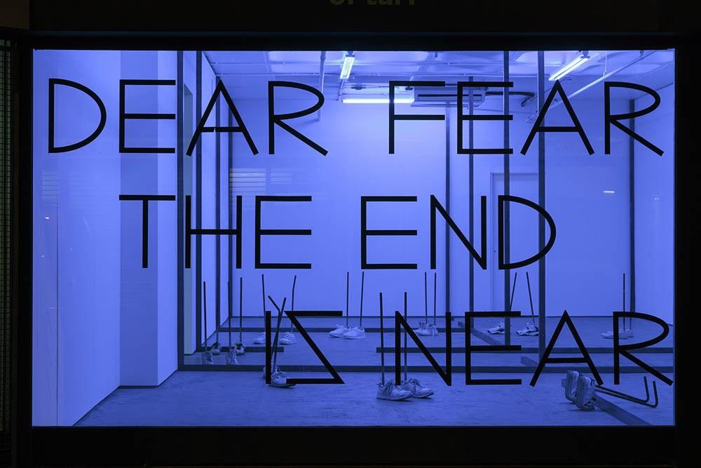 """DEAR FEAR THE END IS NEAR"", winyl na szybie; 2016, wystawa: ""Trojan Home"", Turf Projects, Croydon 2016"