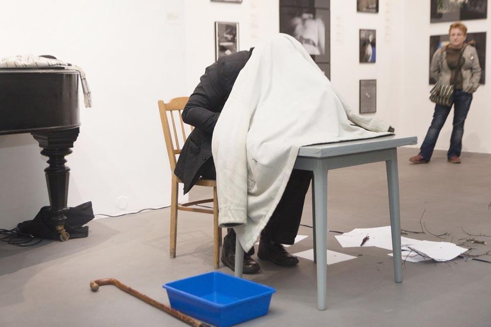 """Zbigniew Warpechowski """"Poematki"""", performans, fot. Krzysztof Morcinek / Galeria Bielska BWA, Bielsko-Biała"""