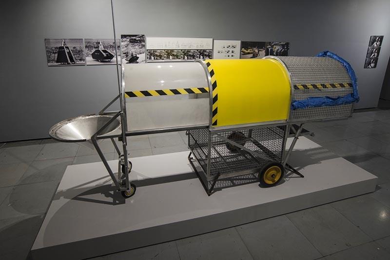 """Krzysztof Wodiczko, """"Pojazd dla bezdomnych"""", 1988-89, widok wystawy w FACT w Liverpoolu, 2016, fot. Jon Barraclough"""
