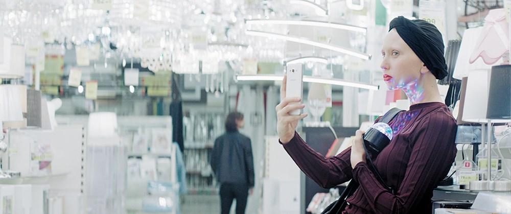 """Kadr z filmu """"Serce miłości"""" w reżyserii Łukasza Rondudy, 2017. Na zdjęciu: Justyna Wasilewska, Jacek Poniedziałek, fot. Gutek Film"""