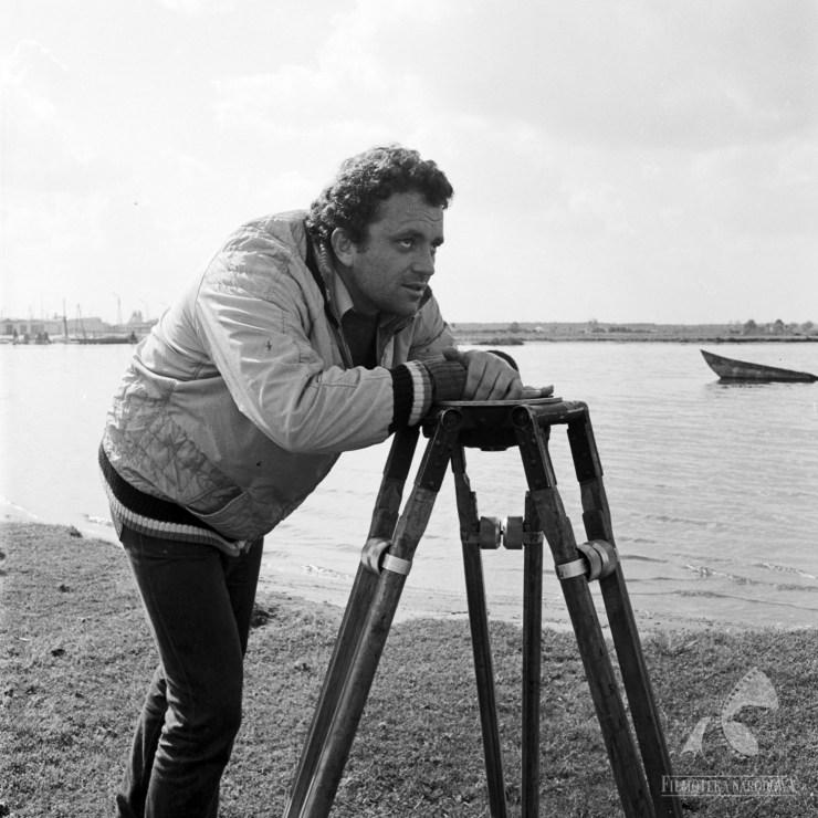 """Andrzej Kondratiuk na planie filmu """"Dziura w ziemi"""", 1970, fot. Roman Sumik / Filmoteka Narodowa/www.fototeka.fn.org.pl"""