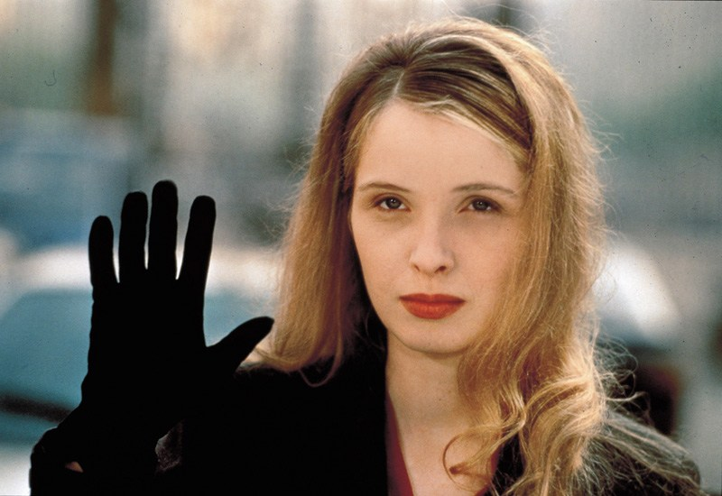 """Kadr z filmu """"Trzy kolory: Biały"""", 1994, w reżyserii Krzysztofa Kieślowskiego. Na zdjęciu: Julie Delpy, fot. Cortesia Album /East News"""