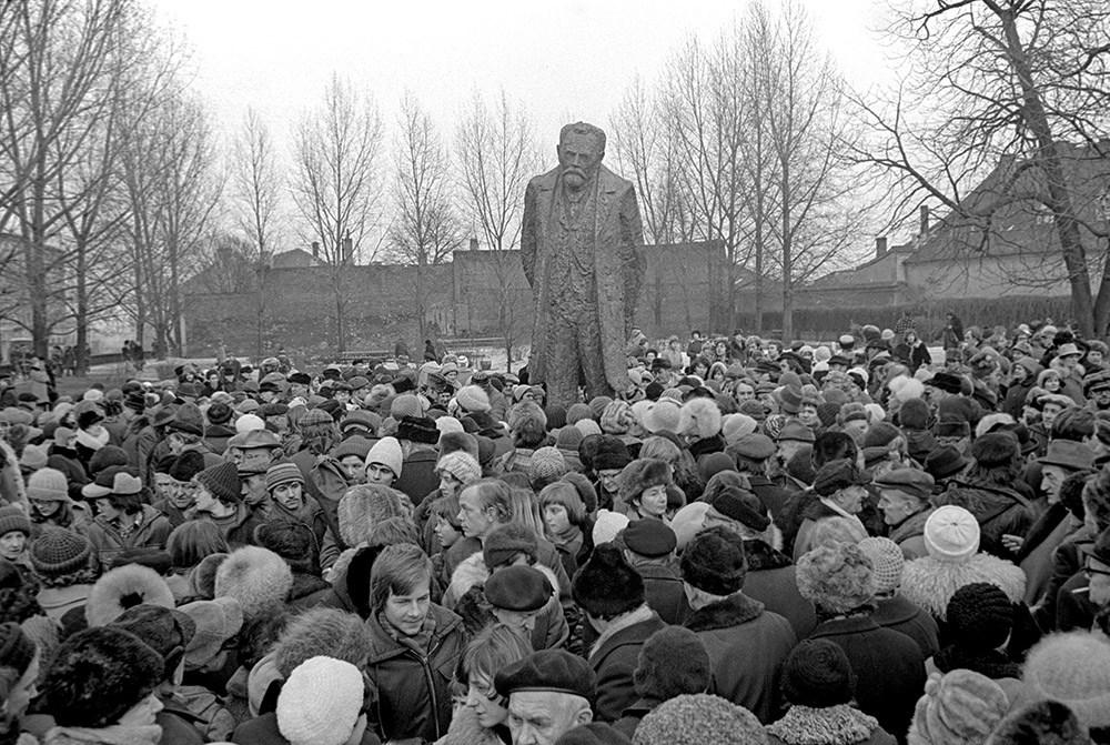 Odsłonięcie pomnika Bolesława Prusa, 1977, Ulica Krakowskie Przedmieście, Warszawa, fot. Mirosław Stankiewicz/Forum