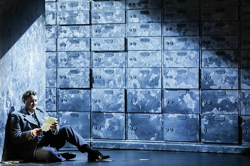 """Bruce Sledge jako Lorenzo w scenie z przedstawienia """"Kupiec wenecki"""" Andrzeja Czajkowskiego w reżyserii Keitha Warnera,  2016, fot. Johan Persson/Welsh National Opera"""