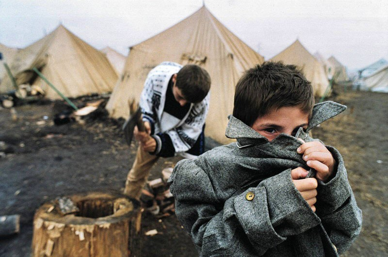 Chechen refugees at the camp bordering with Ingushetia, 1999, photo: Krzysztof Miller / Agencja Gazeta