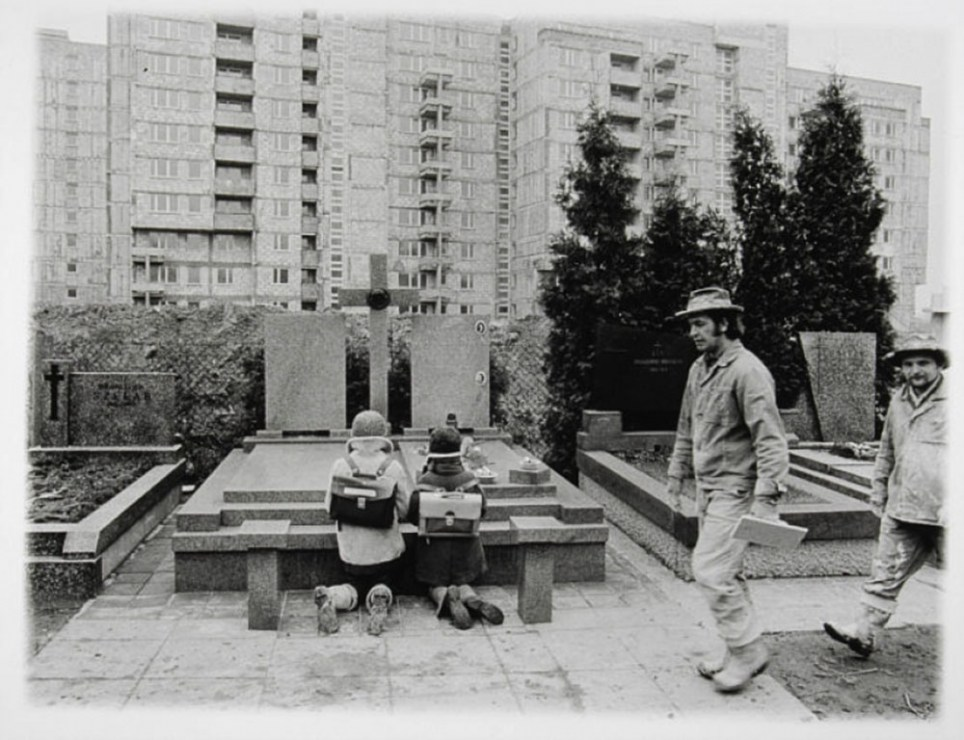 'Służew nad Dolinką', 1978, two pupils kneeling at a freshly dug grave, photo: Maciej Osiecki