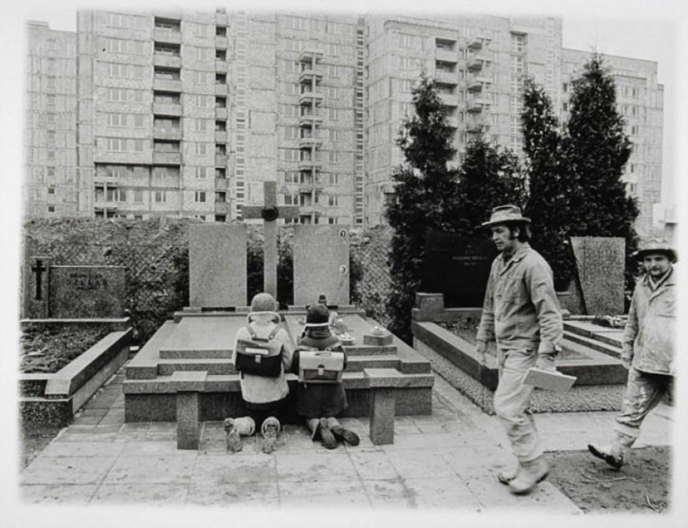 'Służew nad Dolinką', 1978, two pupils kneeling at a freshly dug grave, photo: Maciej Osiecki