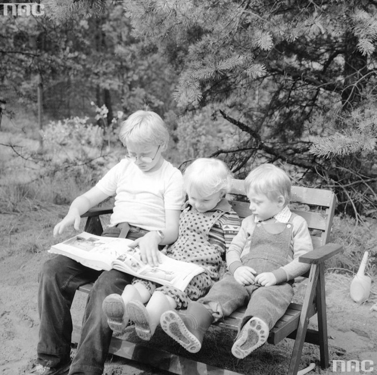 Kids reading on a bench in the woods, 1967, photo: Grażyna Rutowska/NAC