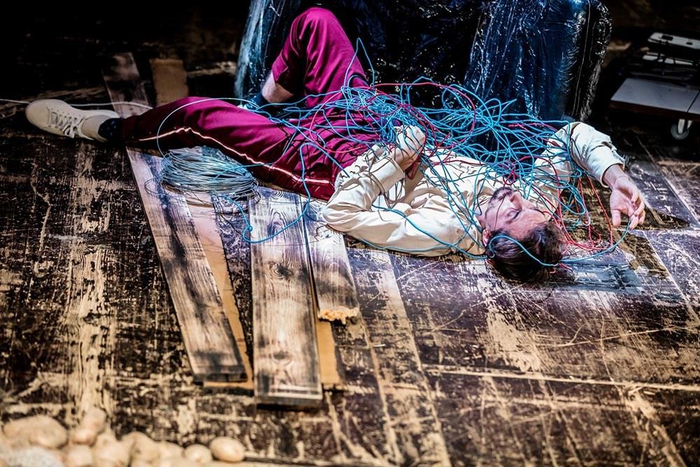 """Scena z przedstawienia """"Dobra Terrorystka"""" w reżyserii Agnieszki Olsten, 2017. Na zdjęciu: Marcin Pempuś, fot. Krzysztof Bieliński/Teatr Studio w Warszawie"""