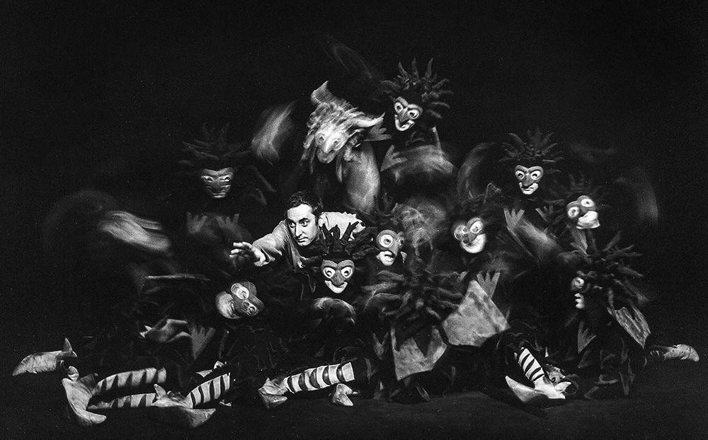 """Scena z przedstaienia """"Dziady"""" w reżyserii Kazimierza Dejmka. Na zdjęciu: Gustaw Holoubek, 1967/68, fot. Franciszek Myszkowski Click and drag to move"""