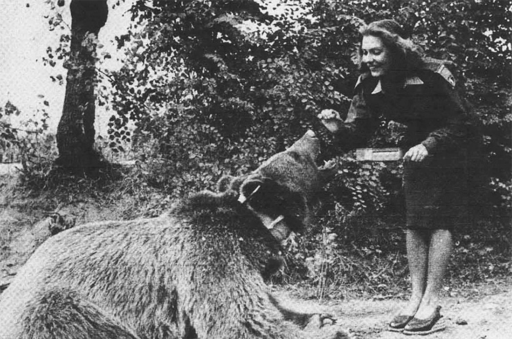 Wojtek the Bear with Elżbieta Niewiadomska, dancer and actress of the Polish Parade, photo: private collection of Antoni Kazimierski / Kresy-Siberia Foundation