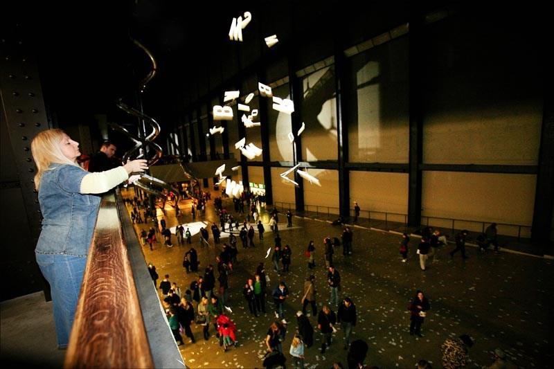 """Ewa Partum, """"Poezja aktywna z Ulissesem James`a Joyce`a"""", Londyn, 2006, fot. dzięki uprzejmości Muzeum Sztuki w Łodzi"""