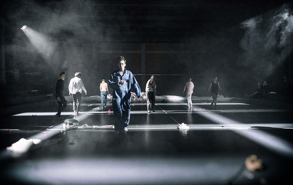 Сцена зі спектаклю «G.E.N» режисера Ґжеґожа Яжини, 2017. Фото: Magda Hueckel / TR Warszawa