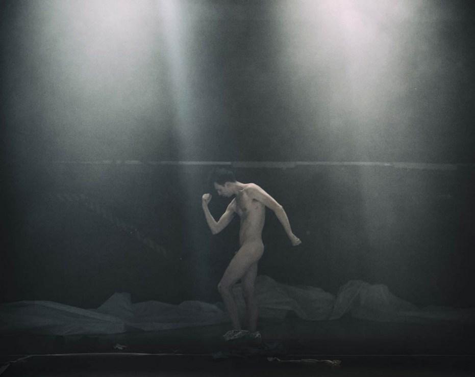 """Scena z przedstawienia """"G.E.N"""" w reżyserii Grzegorz Jarzyny, 2017. Na zdjęciu: Rafał Maćkowiak, fot. Magda Hueckel / TR Warszawa"""