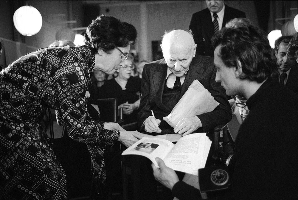 Isaac Bashevis Singer giving autographs during a meeting organised by a local Jewish diaspora, Stockholm, Sweden, 1978, photo: Chuck Fishman/Getty Images