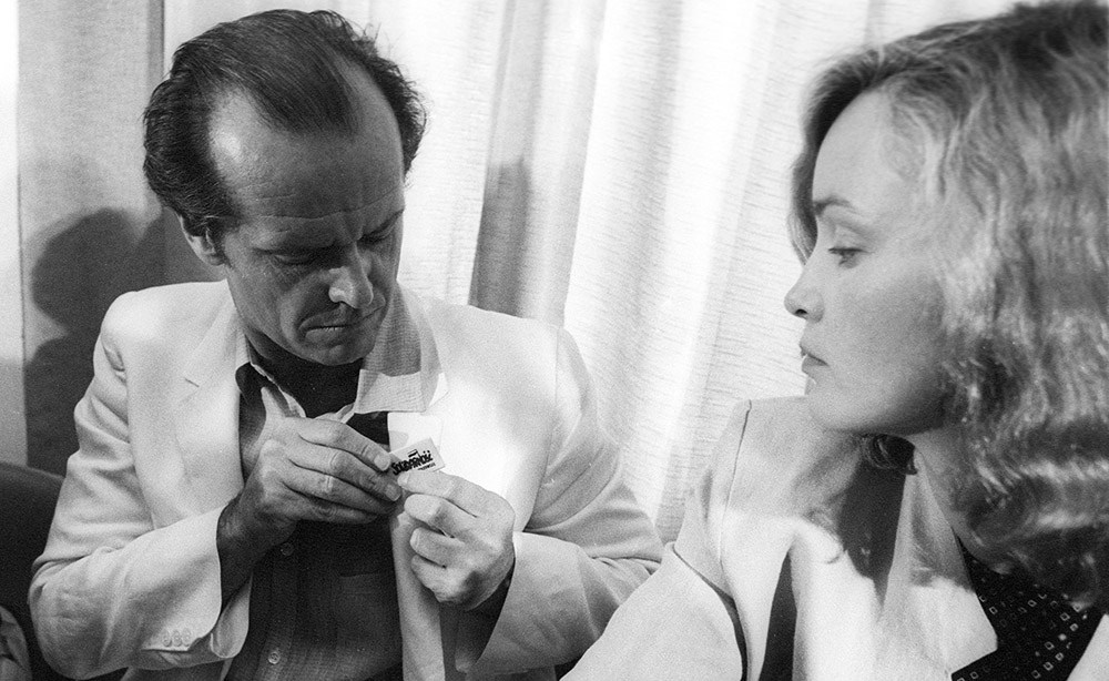 Jack Nicholson sticks a Solidarność sticker into the flap of his suit, Jessica Lange to his right, Cannes, 1981, photo: Jerzy Kośnik/Forum