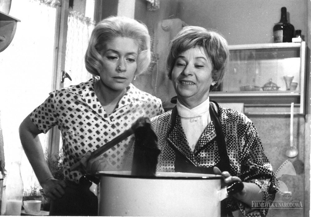 """Alina Janowska i Irena Kwiatkowska w filmie """"Wojna domowa"""", reżyseria: Jerzy Gruza, 1965, fot. Filmoteka Narodowa/www.fototeka.fn.org.p"""