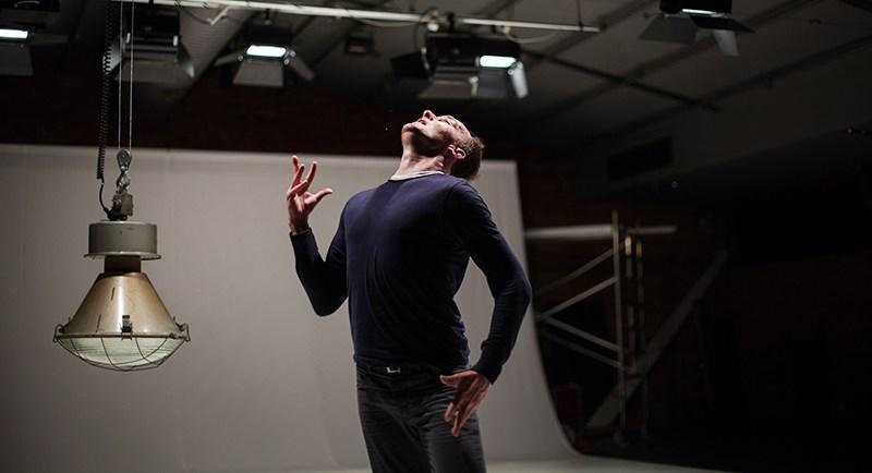 """Janusz Orlik w przedstawieniu """"Insight"""", fot. Jakub Wittchen dla Art Stations Foundation by Grażyna Kulczyk"""