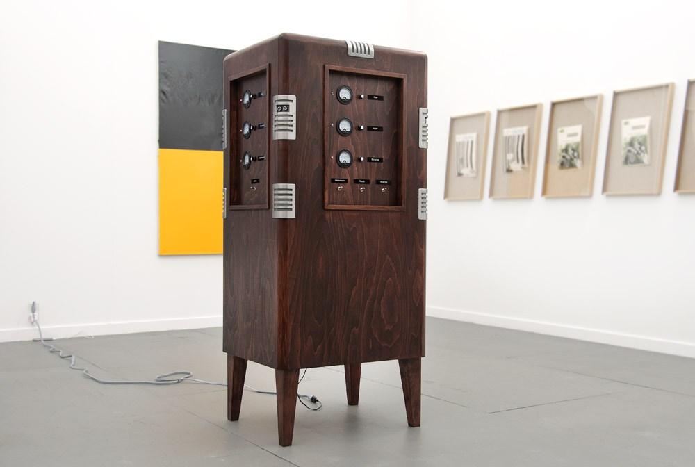 """Przemysław Jasielski, """"Emotions Control Unit"""", 2015, obiekt posiada cechy inteligencji """"maszynowej"""" i behawioralnej. Reagująca na obecność ludzi w jej otoczeniu maszyna podaje parametry opisujące jej własny stan emocjonalny, fot. dzięki uprzejmości artysty"""