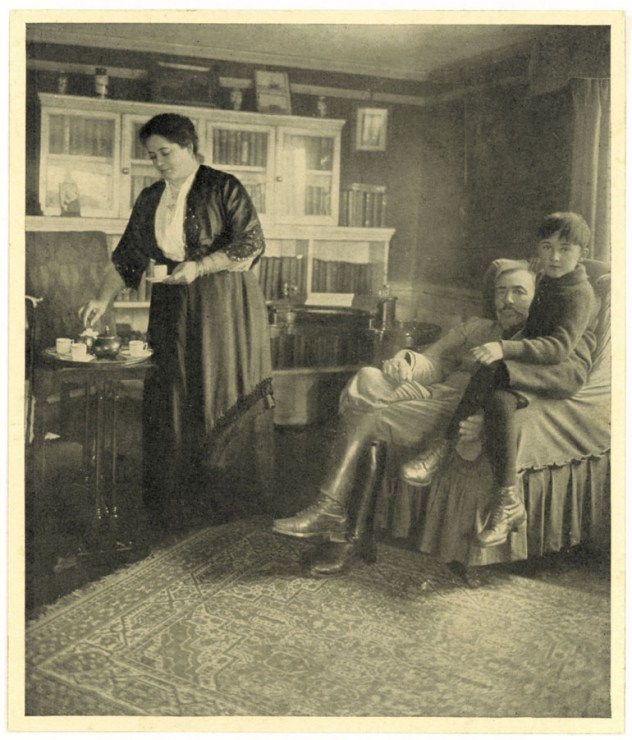 Joseph Conrad and family, ca. 1915, photo: East News