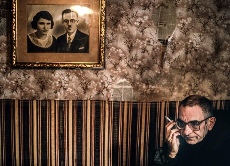 """Krzysztof Kieślowski na planie filmu """"Trzy kolory: Biały"""", 1994, fot. Piotr Jaxa / Forum"""
