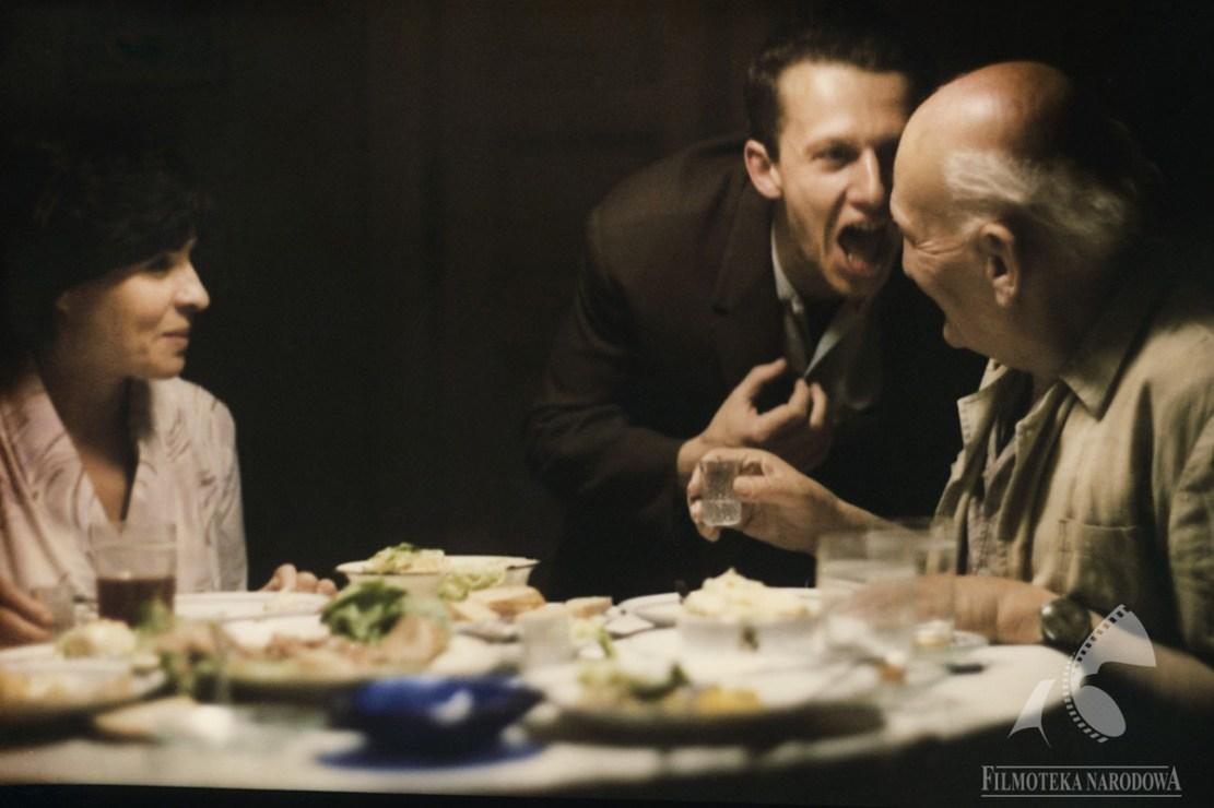"""Kadr z filmu """"Kobieta samotna"""" w reżyserii Agnieszki Holland, 1981. Na zdjęciu: Maria Chwalibóg i Bogusław Linda, fot. Filmoteka Narodowa/www.fototeka.fn.org.pl"""
